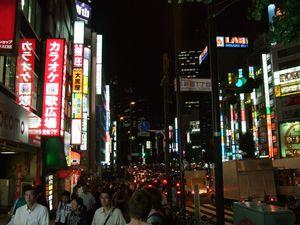 Shinjuku est aussi un quartier très illuminé et peuplé.