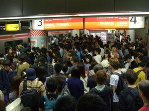 Introducing : le métro japonais (première photo), puis l'arrivée dans le TGS. Bonjour la populace, les stands colorés et lumineux, les quelques licences qu'on reconnaît, entourées par d'autre qui n'ont jamais quitté l'archipel depuis des années, et des cosplayeuses à droite à gauche...