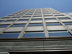 Du troisième au dixième étage de cet immeuble se trouvent les bureaux de FromSoftware, suivi de quelques visuels sur les murs de la salle où nous avons passé une partie de la matinée.