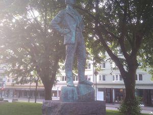 """Bon, vous l'aurez compris : à Bergen, des statues, il y en a plein. Ici, il s'agit de Nordhal Grieg (poète, dramaturge... né -attention, ça va vous surpendre- à Bergen), puis une statue de """"Mère et Enfant"""" dans un petit coin de verdure, Bjørnson (écrivain Norvégien, né à... ? À... ? À... ? Kvikne, raté !), et pour finir Hans Wiers-Jenssen (écrivain et dramaturge, de Bergen, étrangement). Et toutes ces statues se trouvent dans un et même coin, comme on peut déjà le voir sur la photo de Bjørnson..."""