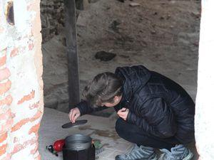 Fred s'occupe de l'eau, Sveta de la nourriture ! / Фред занимается добычей воды, а Света готовит еду.