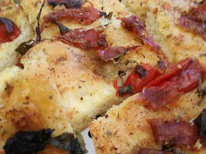 focaccia au jambon de parme olives pesto tomates