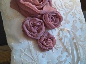 coussin alliance dentelle et rose en tissu