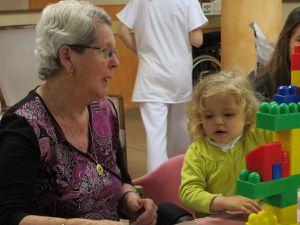 Mai à la maison de retraite : pâtisserie, chorale et la crèche