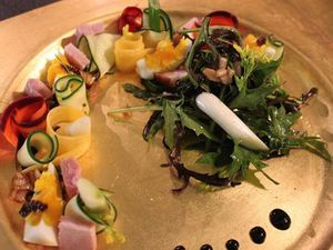 Salade du jardin et légumes crus...