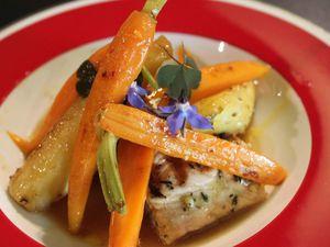 Saumon unilatéral, ananas rôti au poivre et jeunes carottes...