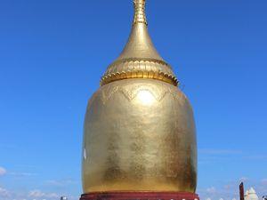 Stupa au bord du fleuve Irrawaddy