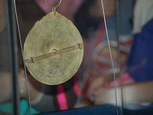 La reproduction d'une carte datant du XIème siècle, un cadran solaire, un sa' (destiné à mesurer les quantités, notamment pour la zakat el-fitr).