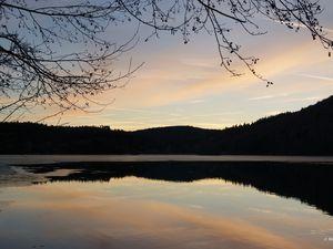 Le lac et premières vues sur le massif. Un clic sur la photo permet un agrandissement.