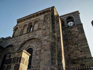 Le clocher est préroman et l' entrée de style roman.