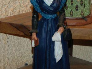 Les arlésiennes dans des costumes d'époques différentes.