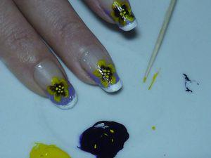 Nail art pensée jaune et violette en one stroke.