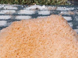 le sel est abondant dans les salines, la fierté du sel mis en tas...et la nature parfois facétieuse donne une fleur de sel orange...déception!