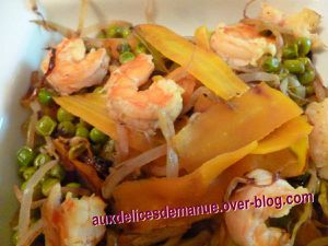 poêlée de soja aux petits pois, carottes, concombre et crevettes