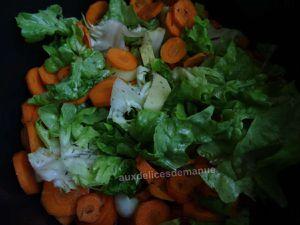 Rata de carottes, pommes de terre, feuilles de chêne et oignons frais