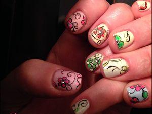 Nail Art &quot&#x3B;fleurs de bohême&quot&#x3B; sur pastel fluo