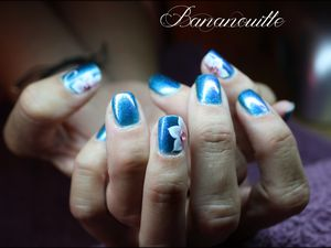 Nail Art fleurs de nuit  sur les mains de Céline mon modèle.