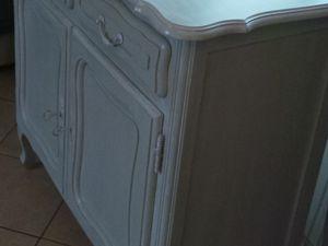 Meuble repeint couleur taupe et patine blanche pour l'extérieur et en blanc pour l'intérieur.
