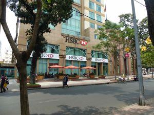 Aujourd'hui, avec le nouveau régime (?!?), les boutiques de confection sont remplacées par les grandes marques de luxe et les banques !