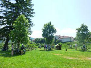 Nous redescendons à Vassieux-en-Vercors où nous attendent les très gentilles épouses avec le casse-croûte. Elles nous ont trouvé un endroit parfait avec des tables, des arbres et un point d'eau. Un grand merci mesdames !