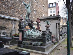 Madame et Monsieur Pigeon, des lampes du même nom, allongés pour l'éternité.   Auguste Rubin, sculpteur.  La séparation du couple, qui n'est pas un tombeau mais une sculpture transférée du Luxembourg ou elle fut jugée obscène.