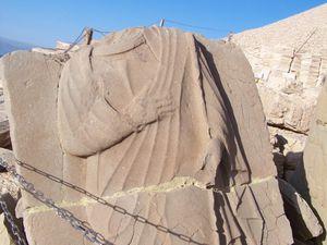 Les restes de bas-reliefs présentent la généalogie du roi avec ses ancêtres macédoniens et iraniens.