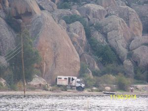 Nous nous retrouvons donc sur les rives du lac de Bafa dans le fond de la baie à Hérakeia. Là aussi la mer s'est retirée à 10 km et les ruines attestent de cette ex vie portuaire. Vers 1000 av JC les Cariens s'y installèrent à l'abri des pirates et fondèrent la ville fortifiée de Latmos. C'est ainsi que dans ce village les paysans se sont appropriés les ruines et que les bovins paissent sur l'Agora et au pied du temple d'Athéna et que la nécropole et les tombes servent de champs aux ovins. Le ramassage des olives est la principale occupation des habitants de ce petit village et passent tranquilement près de notre bivouac.