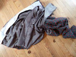 Poser la doublure envers vers soi sur l'endroit de la veste, la coudre au bord de la parmenture.Puis retourner le tout par l'ouverture de la manche.