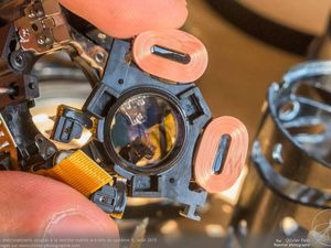 Le cœur mécanique du système IS avec la lentille suspendue et les deux électroaimants (tangage et roulis) permettant son déplacement en fonction des données fournies par les capteurs gyroscopiques.