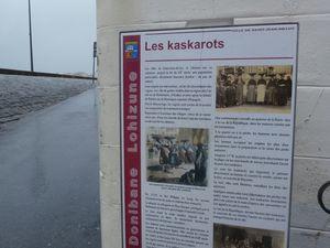 La digue intérieure protègeant les habitations. Vues du quartier des Kaskarots.