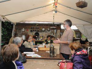 Les jardiniers de Paris nous rendent visite avec Thierry Régnier et le club Paquot prendre un cours d'apiculture avec Gérard Rosselot .
