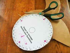 """sur le disque circulaire j'ai collé un tuto pour fabriquer un bracelet """"kumihimo"""" juste pour avoir les repères, mais cela ne sert strictement à rien !"""