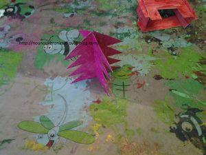 Peindre l'intérieur des boites à chaussures. Découper et peindre le sapin et la cheminée. Décorer l'intérieur de la boite, le sapin puis coller le sapin et la cheminée.  On peut y ajouter un petit jouet  ou des cadeaux au pied du sapin.