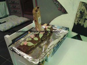 La bûche est juste un gâteau roulé à la framboise. Faire une génoise, une fois celle-ci refroidi, mettre de la confiture à la framboise sur tout la surface, rouler le gâteau. Nappez de pâte à tartiner ou de ganache au chocolat froide. Pour faire le gravity, voir la vidéo. et décorer de fleur en pâte d'amande ou pâte à sucre.