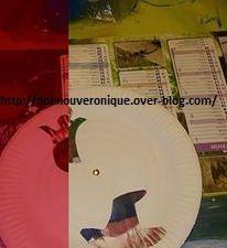 Dessiner des formes representant Halloween sur une assiette en carton puis les découper avec un cutter. Sur une assiette en carton vierge, peindre avec differentes couleurs. Mettre l'assiette peinte sous l'assiette avec les forme puis les assembler avec une attache parisienne. En faisant tourner, vous pourrez découvrir les differentes couleurs.