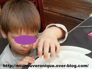 Découper l'assiette en cartonpour faire une bouche au poisson et utiliser la découpe pour faire la queue du poisson qu'on va agraffer sur l'assiette. Laisser l'enfant coller le playmaissur le poisson avec une eponge mouillée.