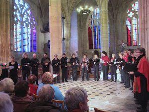 """Sur la scène de La Forge la chorale """"Voici-Voilà"""" au large répertoire musical. Dans l'église Saint Martin, (à gauche) 40 jeunes chanteurs de """"La Maitrise du Conservatoire de Rouen"""" interprétant du classique, et la compagnie """"VocaSchola"""" (à droite)."""