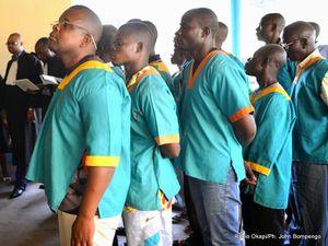 A droites, les adeptes au procès  -  A droite, le pasteur Mukungubila, aujourd'hui en AfdSud