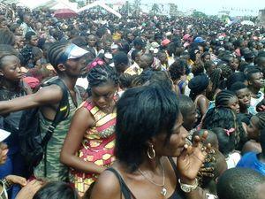 A gauche, une foule compacte à l'enterrement - A dr, une vue de l'artsite en concert de son vivant