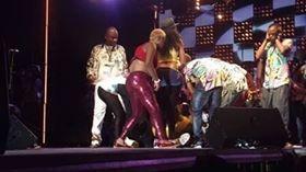 Papa Wemba s'éffondre (Photo n° 2) - Les musiciens viennent aux nouvelles (Photo n° 3) - La Croix-Rouge accoure pour les premiers soins (Photo n° 4) - Le roi de la Sape est évacué (Photo n° 5). Courtoisie xx