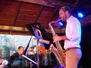 """Les Swingirls, trois jeunes chanteuses glamour et drôles, répertoire """"vintage"""",ont aussi chanté pour le Festival """"Textes en l'air"""". Le saxophoniste Geoffrey Secco et Pascal Perrier au piano (qui a pris l'intiative de ces soirées music'halles !"""