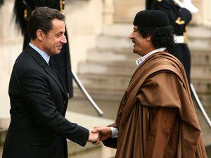 Kadhafi reçu en grande pompe par Sarkozy avant d'être assassiné par l'occident avec la complicité de la France