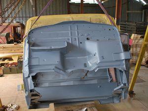 intérieure ,dessous de cabine,en gris bleu,  exterieure et carrosserie en jaune sable