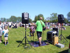 La fête : chants, soleil et public attentif.
