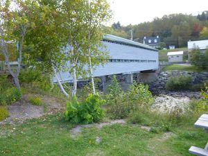 Le pont couvert, la sirène du musée  et la baie.