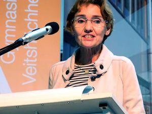 """Lesekompetenz – so wurde eingangs bereits in den Grußworten des Schulleiters Dieter Brückner und der Ministerialbeauftragten, Ltd. OStDin Monika Zeyer-Müller, deutlich – ist mehr als das Entschlüsseln von Worten , sie ist der Schlüssel, um überhaupt am sozialen, kulturellen und politischen Leben teilnehmen zu können. Die Basis dafür schaffen Elternhaus und Schule, wobei es nicht immer die """"hohe"""" Literatur sein muss, um ein Kind an das Lesen heranzuführen. Zeyer-Müller: """"Bücher sind fliegende Teppiche ins Reich der Phantasie"""" (J. Daniel). Lesen stellt für die Ministerialbeauftragte zudem eine tragende Säule für eine funktionierende Demokratie dar. Denn, um es mit Diderot zu sagen: """"Die Menschen hören auf zu denken, wenn sie aufhören zu lesen."""" Brückner führte in seinem Grußwort zur Bedeutung des Lesens aus: """"Lesen gilt - auch oder gerade im digitalen Zeitalter, im Zeitalter von Bildung 4.0 - immer noch als die wichtigste Kulturfähigkeit - oder um im aktuellen Diskurs zu bleiben - als die wichtigste Kulturkompetenz. Denn im Lesen erwerben wir nicht nur Wissen. Wir werden vielmehr mit alternativen, nicht selten kreativ-fiktinalen Weltentwürfen konfrontiert. Und indem wir das Gelesene verarbeiten, gelangen wir zu weiterführenden Erkenntnissen. Und damit entpuppt sich Lesen als konstitutiver Teil von Kommunikation, Orientierung und Selbstfindung des Individuums in seiner es umgebenden Welt.  All dies sind Gründe genug, dieses Lesen - endlich - zum Thema einer umfassenden Veranstaltung zu machen, die uns die vielfältigen Facetten dieses ebenso ansprechenden wie anspruchsvollen Phänomens vor Augen führt."""""""