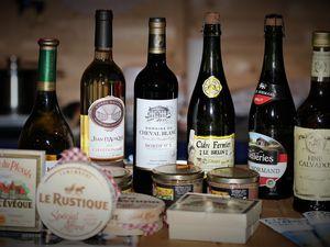 Die französische Partnerschaftsbeauftragte Eva Trampe (li. hinter der Theke) bietet an diesem Wochenende aus der Partnerstadt in der Normandie nicht nur die gleichnamigen Käsesorten an, sondern auch Calvados, Cidre und typisch französische Weine.