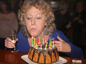 Es gab einen Jubiläumskuchen, den Dorothea Völker, nach dem sie die Kerzen ausgepustet hatte, anschnitt und verteilte, im Bild an ihre Kollegin Christina Stibi.
