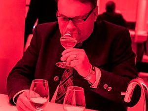 Sieht irgendwie alles gleich aus: Helmut Brunner, Bayerischer Landwirtschaftsminister, versucht Weißwein, Rotling und Orange Wine in die richtige Reihenfolge zu bringen – auf die Augen ist diesmal jedoch kein Verlass.