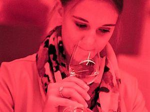 Wie schmeckt Wein im roten oder grünen Licht? Die LWG in Veitshöchheim hat ein neues Sensorik-Zentrum zur sensorischen Analyse von Lebensmitteln eröffnet. Bei der Eröffnung sieht die Fränkische Weinkönigin einmal Rot und einmal Grün: Silena Werner versucht den Wein im Glas über den Geruch zu bestimmen. Neben den Augen spielen ihr auch die Geschmacksnerven diesmal einen Streich.
